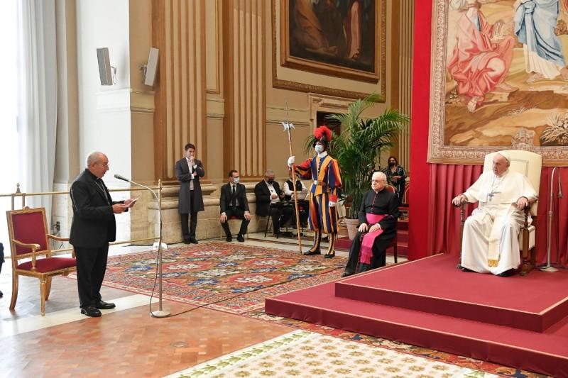 Cardenal De Donatis saluda al Papa