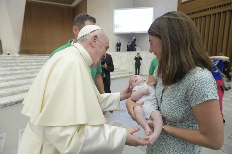 Francisco observa a un recién nacido