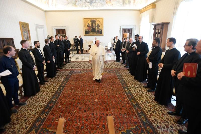 El Papa, con los curas de San Luis de los Franceses