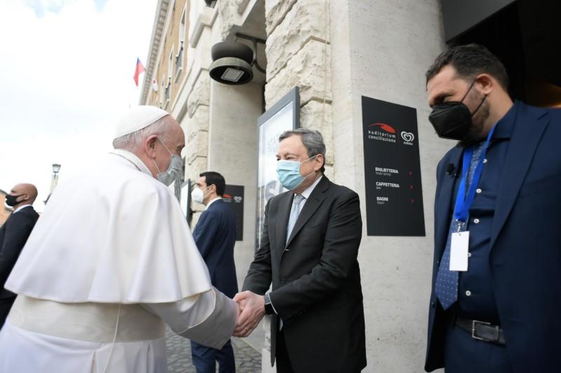 El Papa saluda a Draghi