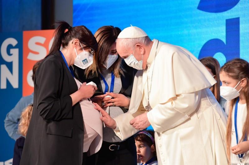 Papa bendice a embarazada