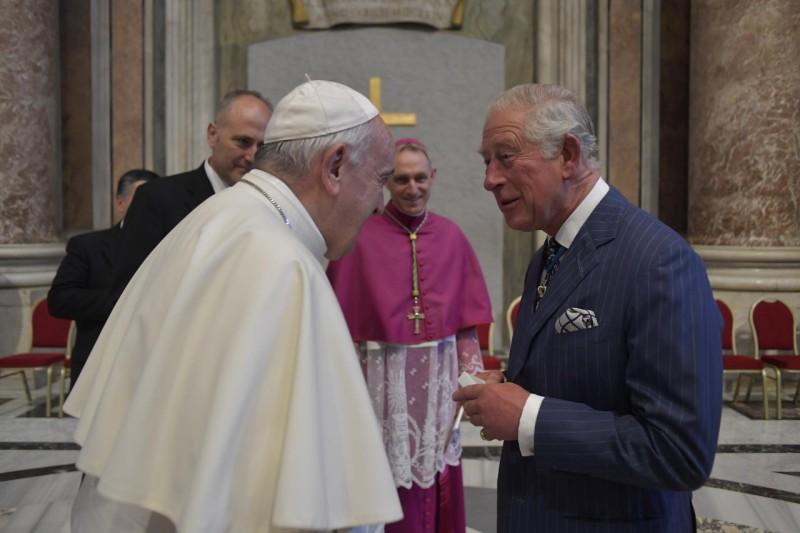 Papa saluda al Príncipe de Gales