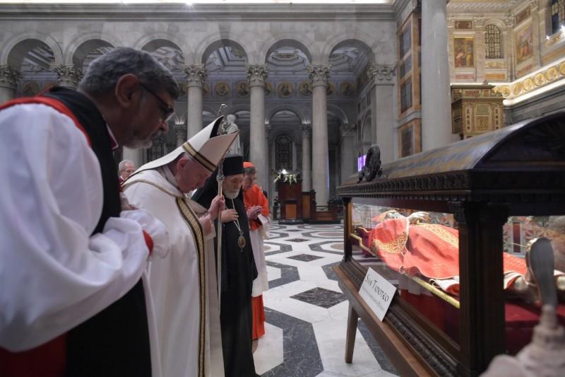 Papa y sarcófago de San Timoteo