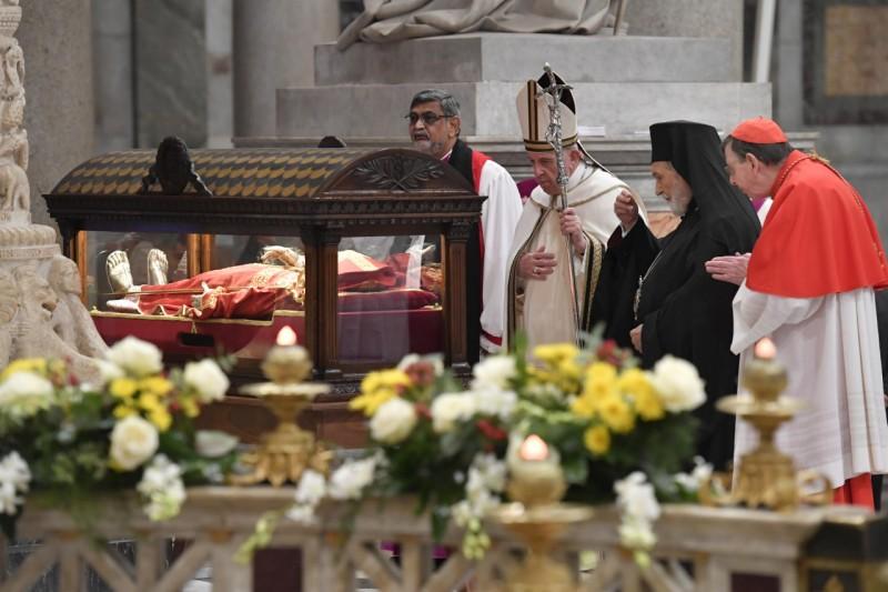Papa reza a Timoteo