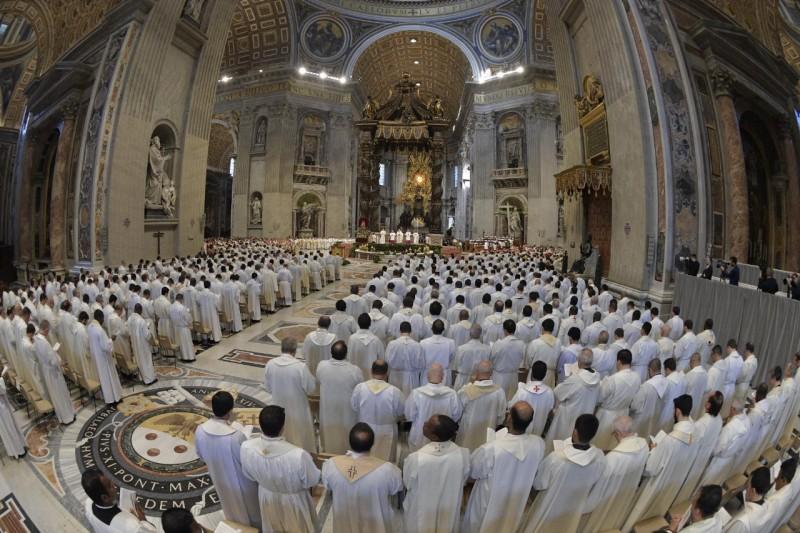 Centenares de sacerdotes en la Misa Crismal