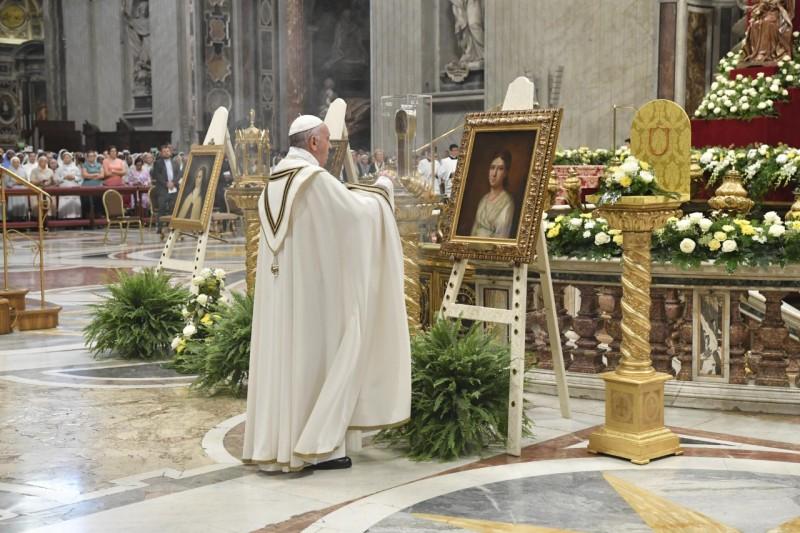 Francisco bendice los lienzos