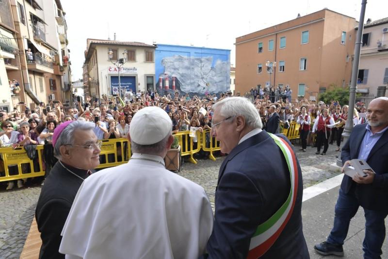 El Papa en Albano, al fondo la pintada en su honor