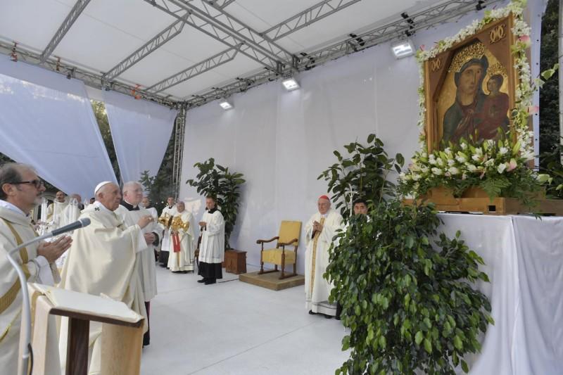 El Papa inciensa a la Virgen en Albano