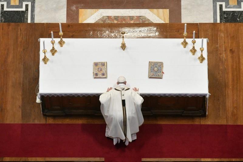 El Papa besa el altar