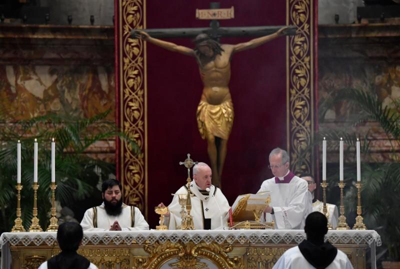 Consagración en San Pedro, ante el Cristo de la Peste