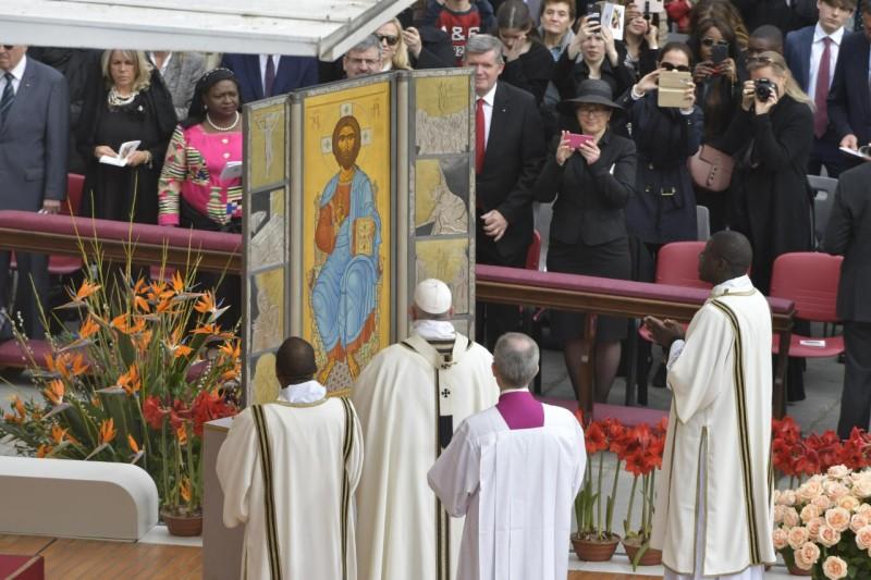 Francisco, ante el icono de Cristo