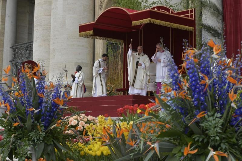 El Papa bendice a los asistentes a la misa de Pascua