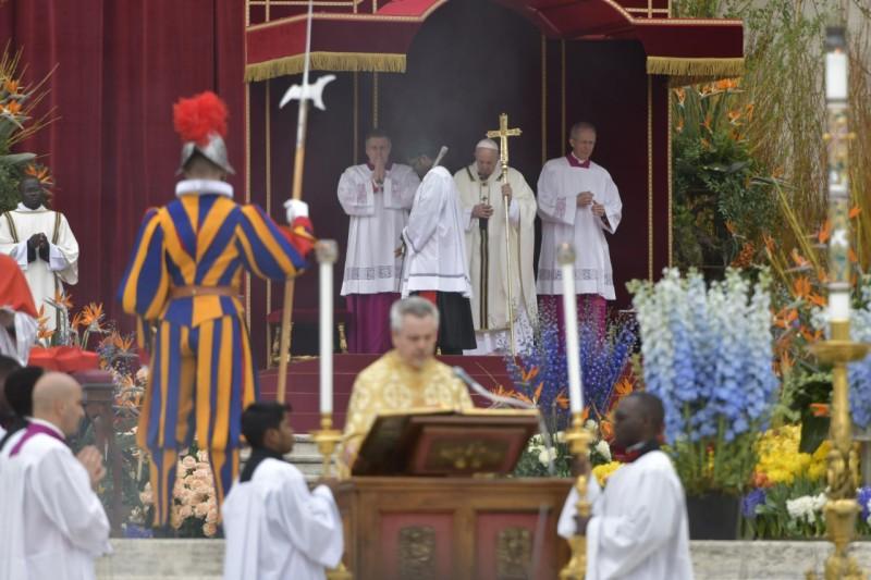 El Papa escucha el Evangelio
