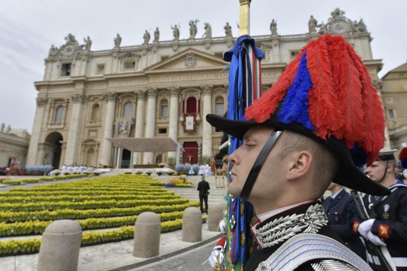 Un soldado italiano espera a la bendición