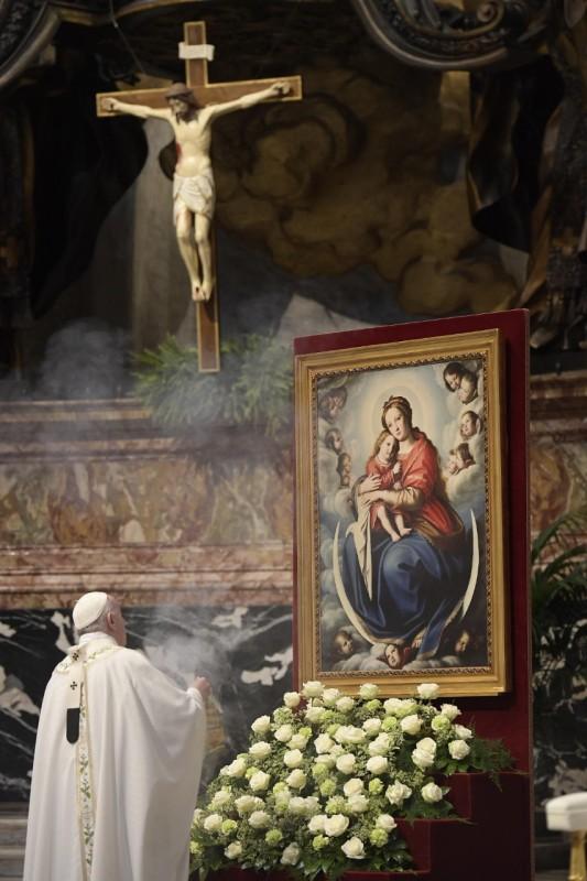 El Papa inciensa a la Virgen