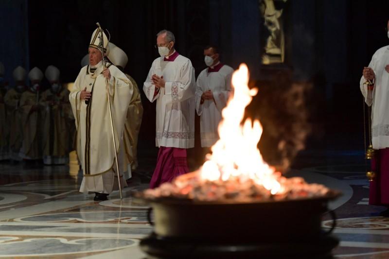 El Papa y el fuego pascual