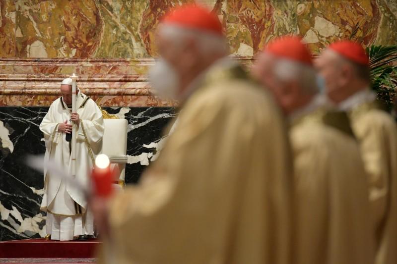 Papa y cardenales con velas