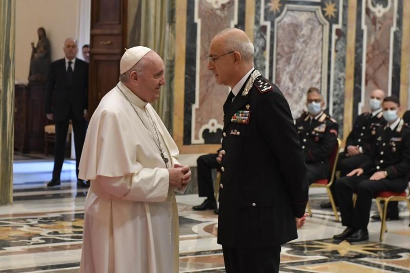Papa saluda al jefe de los Carabineros