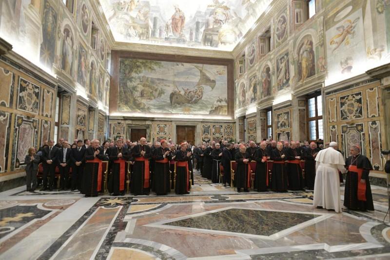 El Papa saluda a Becciu