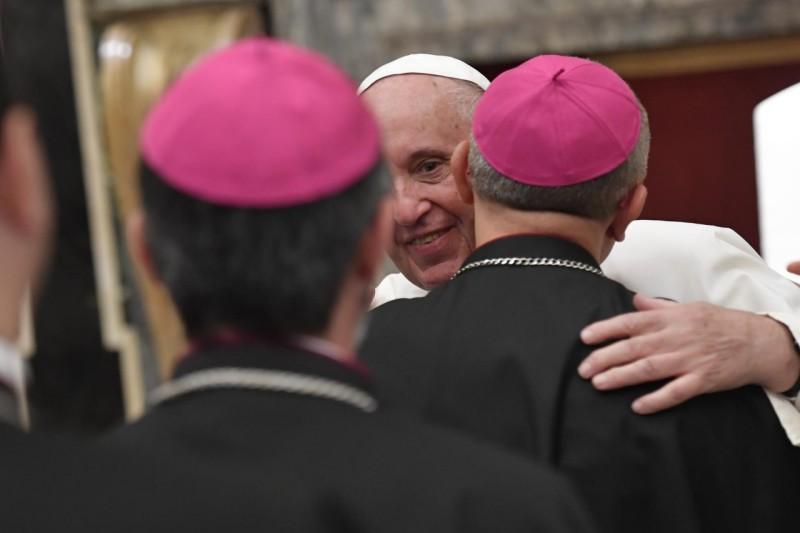 Francisco abraza a un obispo