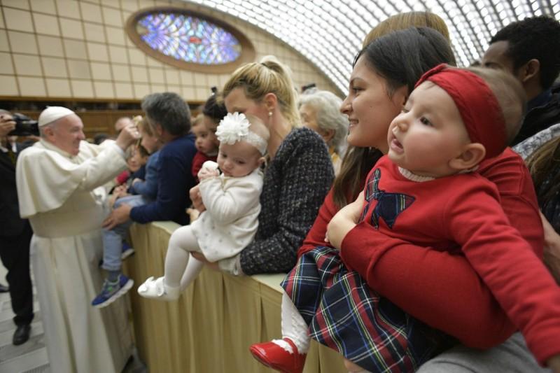 Francisco felicita la Navidad a los niños de los trabajadores vaticanos