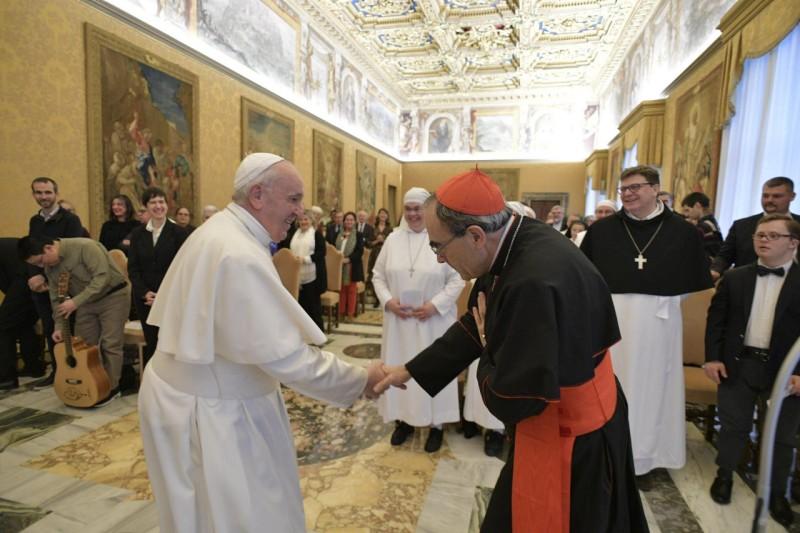 El Papa saluda al cardenal Barbarin