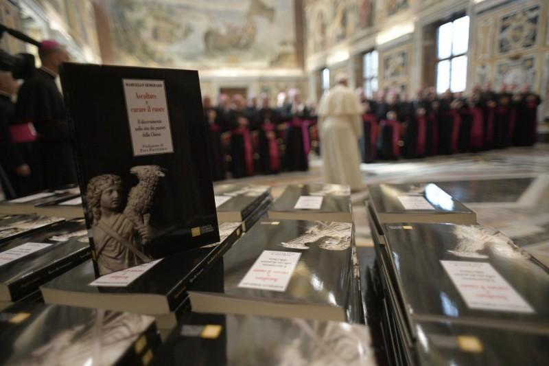 Libro que el Papa entregó a los nuncios