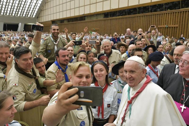 Selfie del Papa con los scouts