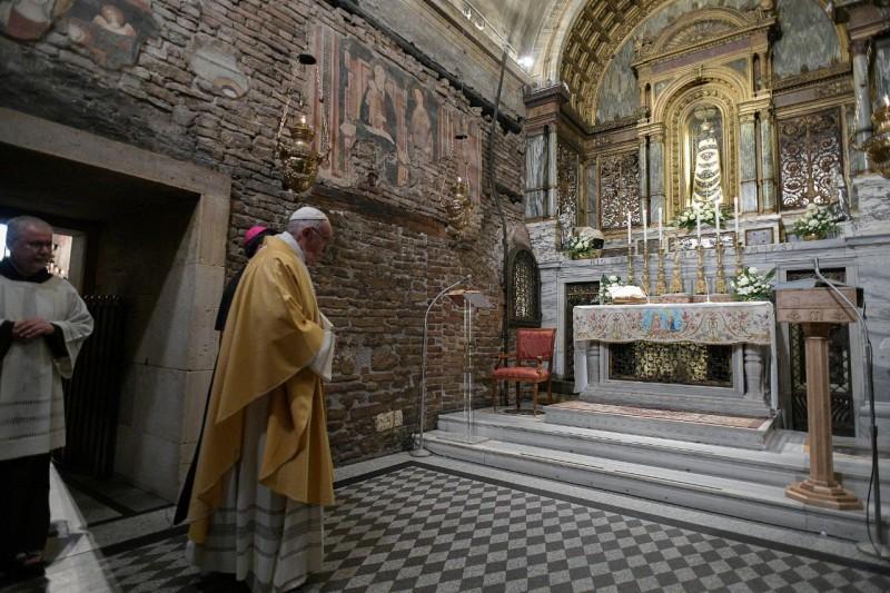Francisco, en la gruta de Loreto