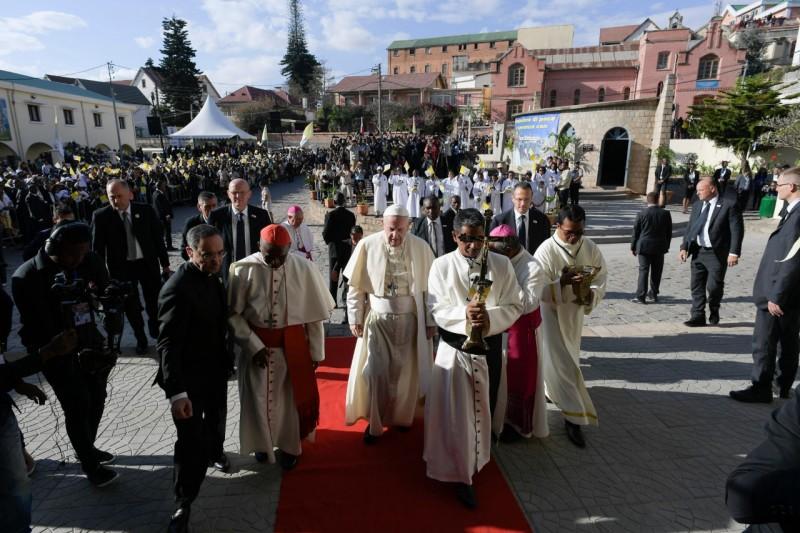 Bergoglio, entrando en la catedral