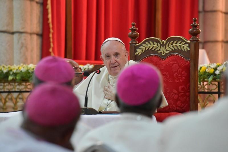 Francisco se dirige a los obispos
