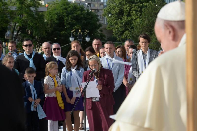 El Papa escucha el testimonio de una familia en Iasi