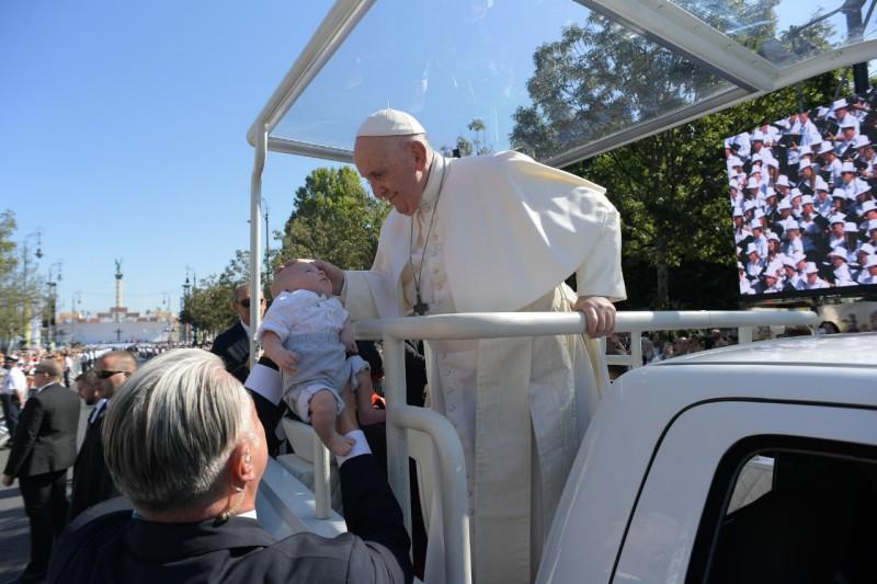 El Papa bendice a un niño desde el papamóvil