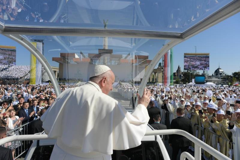 Francisco saluda a la multitud