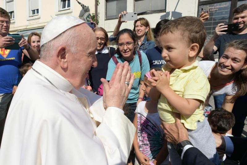 Francisco saluda a un niño pequeño