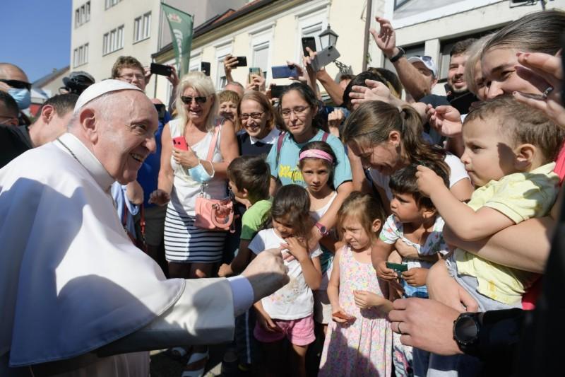 Francisco, con niños en Bratislava