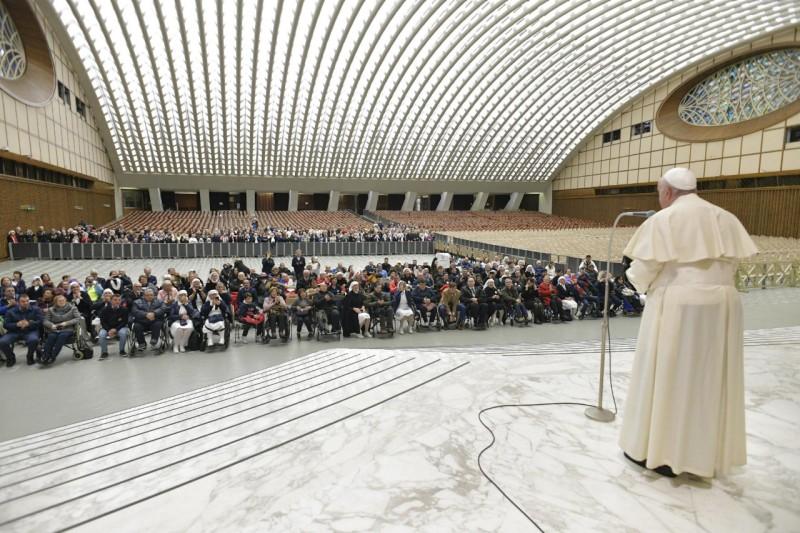 El Papa visitó a los enfermos antes de salir a la Audiencia en la plaza