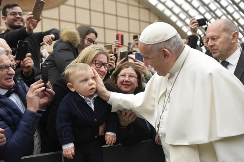 Papa acaricia a un niño