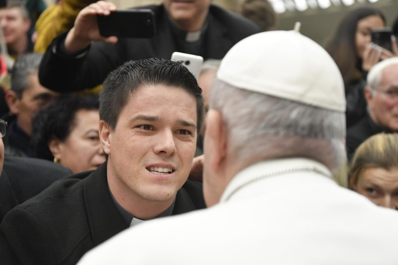 El Papa escucha a un joven sacerdote