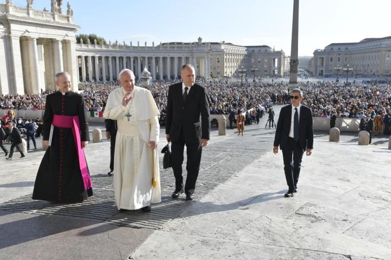 Francisco, hoy, sin Domenico Giani. A su izquierda, Brocoletti