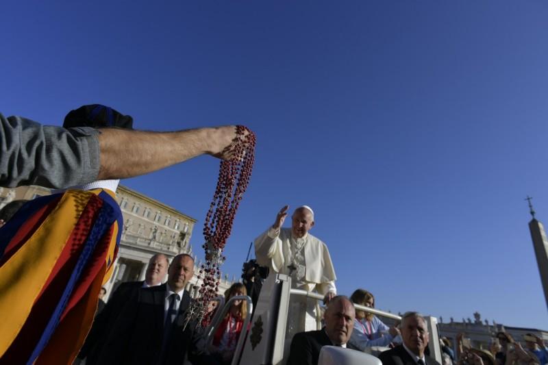 Papa bendice rosarios