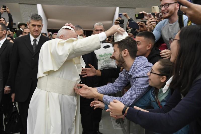 El Papa intercambia el birrete blanco