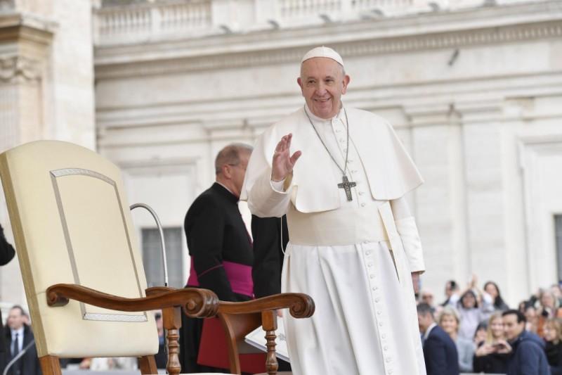 El Papa saluda a los fieles en San Pedro