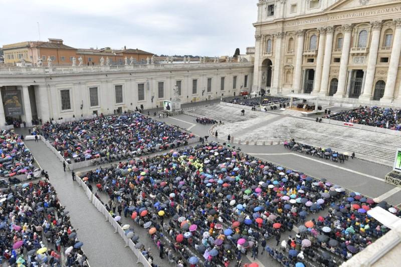 Audiencia con lluvia en Roma