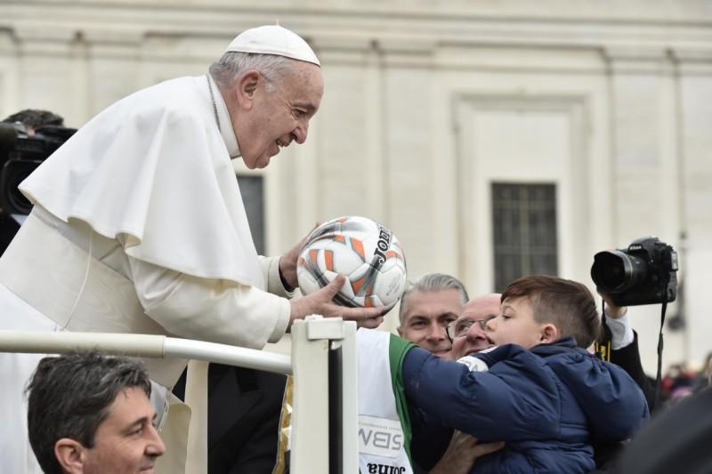 Le regalan un balón al Papa
