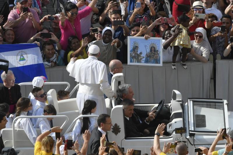 Francisco saluda desde el jeep móvil