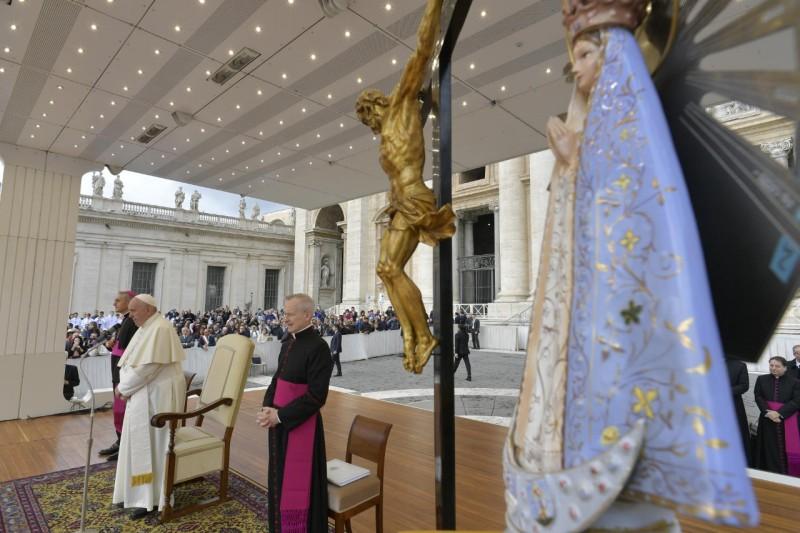 Papa y Virgen de Luján en el Vaticano