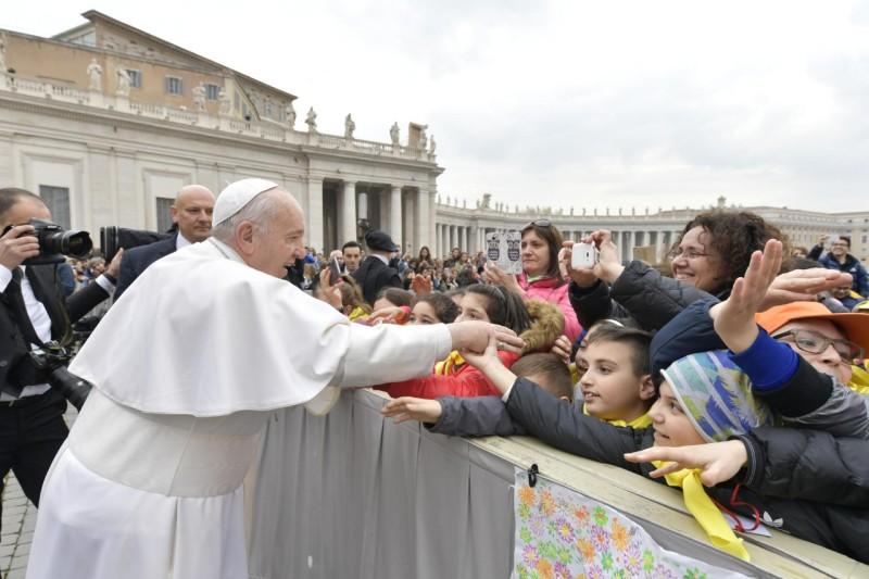 El Papa saluda a algunos niños