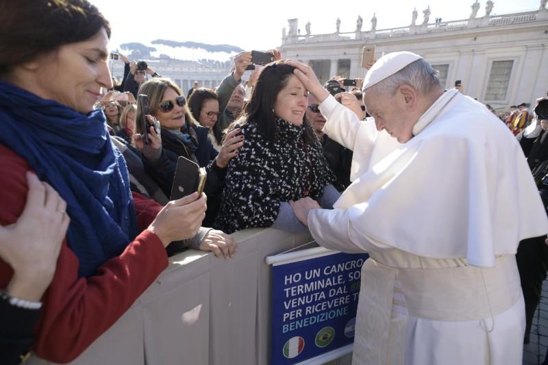 Francisco bendice a una mujer