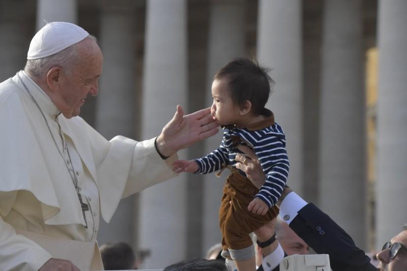 El Papa y un bebé